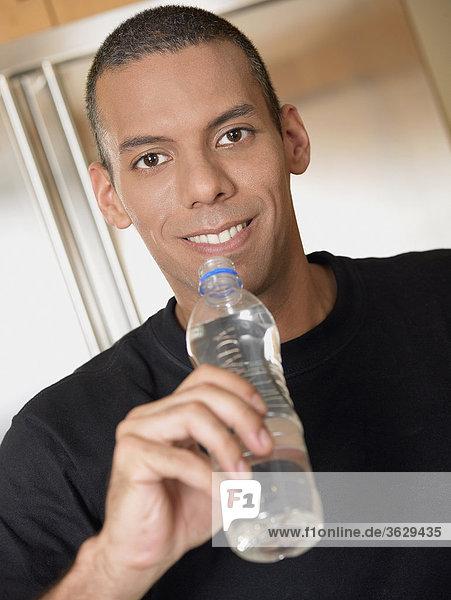 Wasser Portrait Mann lächeln halten Mittelpunkt Erwachsener Flasche