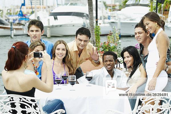 Gruppe von Menschen sitzen in einem restaurant