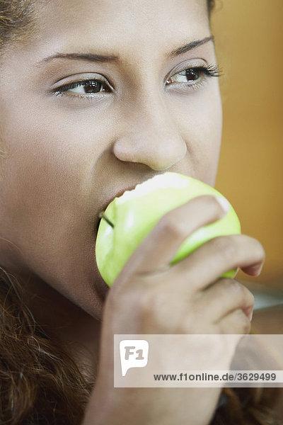 Nahaufnahme einer jungen Frau einen Apfel Essen
