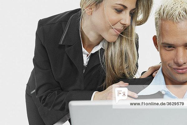 Nahaufnahme eines Kaufmanns und einer geschäftsfrau an einen laptop