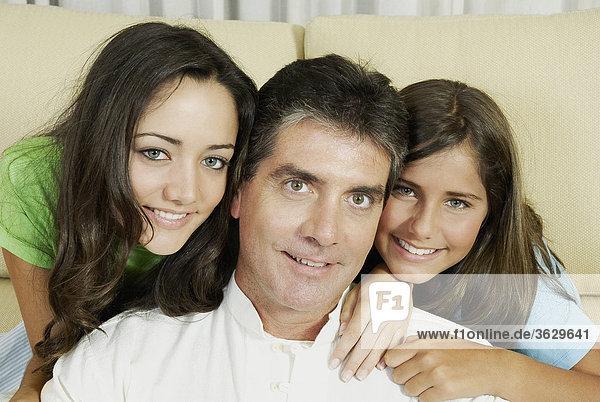 Ein älterer Mann und seine zwei Töchter lächelnd portrait