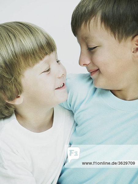 Nahaufnahme von zwei jungen Blick auf einander