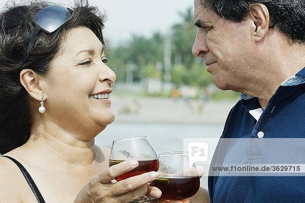 Nahaufnahme eine reifes Paar toasting with Weingläser