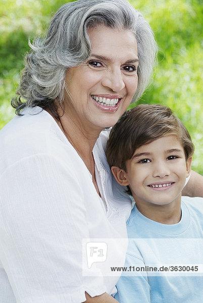 Senior Senioren Portrait Frau lächeln Enkelsohn