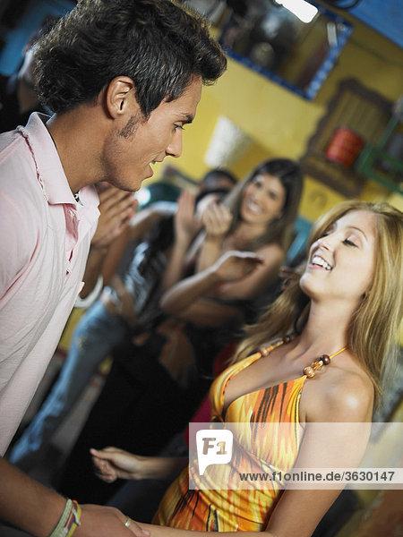 Junger Mann mit einer jungen Frau tanzen