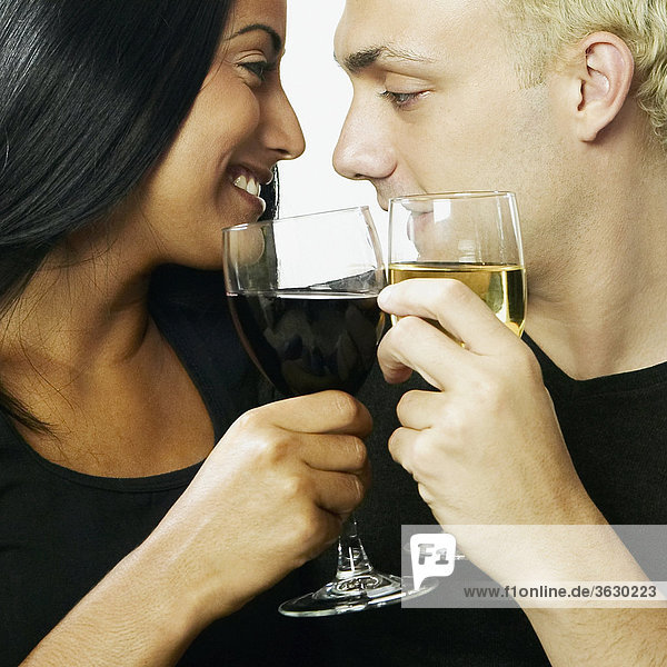 Nahaufnahme eines jungen Paares Blick auf einander und halten Gläser Wein