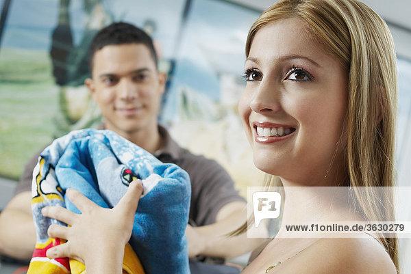 Nahaufnahme of a junge Frau hält ein Handtuch