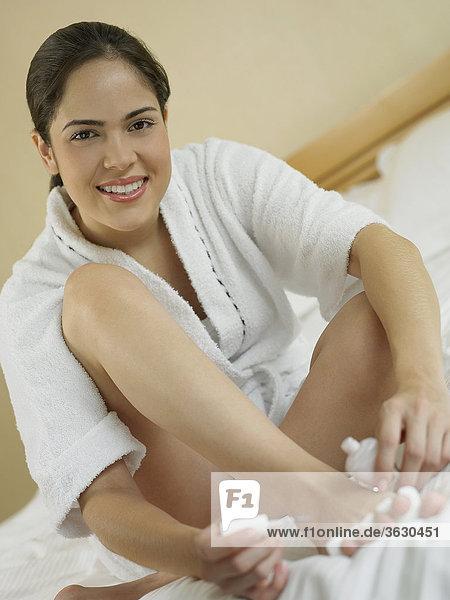 Portrait einer jungen Frau Polieren ihre Nägel