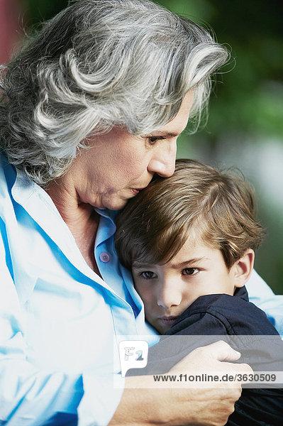 Senior Senioren Frau küssen Close-up Enkelsohn