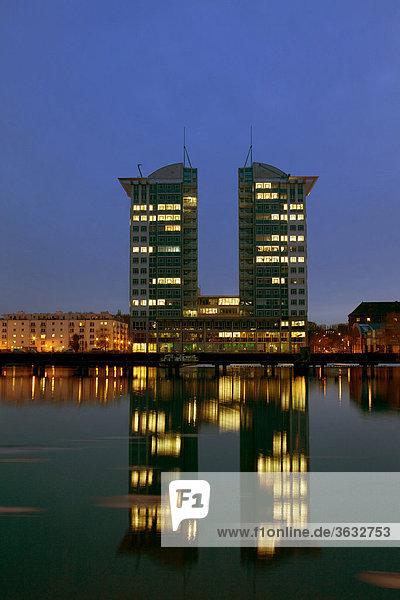 Die Berliner Twin Towers am Spreeufer  Berlin  Deutschland  Europa