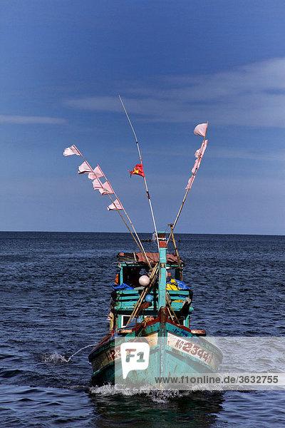 Ein Fischerboot auf der Heimfahrt in den Hafen von Phu Quoc  Vietnam  Asien