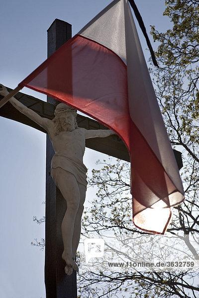 Die polnische Nationalfahne mit Trauerflor zur Beerdigung des polnischen Präsidenten Kaczynski  Polen  Europa