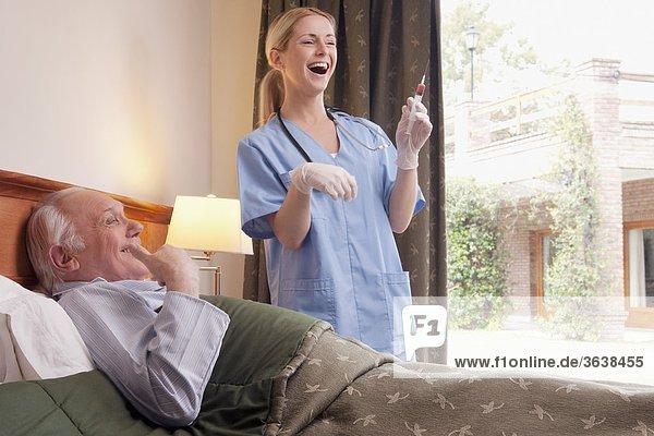 Patientin liegend liegen liegt liegendes liegender liegende daliegen stehend nebeneinander neben Seite an Seite Bett