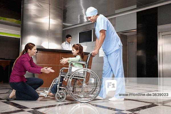 Frau zur Unterstützung ihrer Tochter zu Fuß