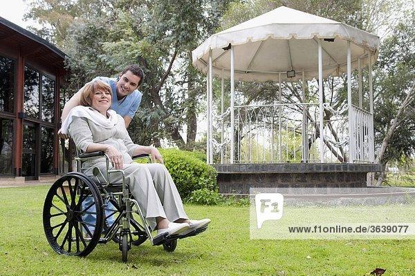 sitzend Frau schieben arbeiten Gesundheitspflege Rollstuhl