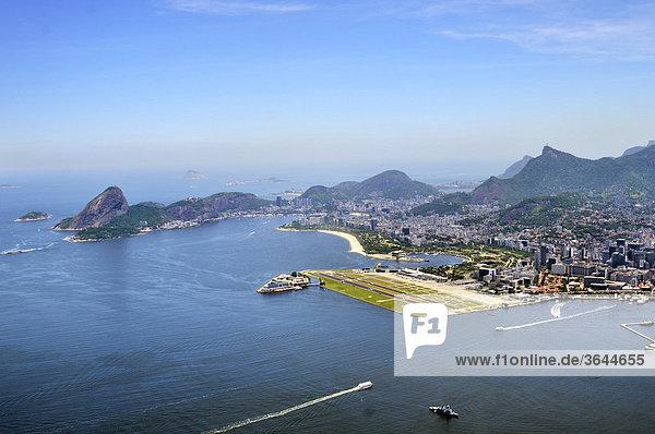 Luftbild  Blick auf das Zentrum von Rio de Janeiro mit Zuckerhut  links  und Stadtflughafen Santos Dumont  rechts  Brasilien  Südamerika