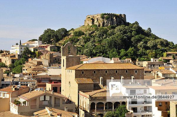 Blick auf die Altstadt von Begur mit den Überresten der Burg von Begur  Costa Brava  Spanien  Iberische Halbinsel  Europa