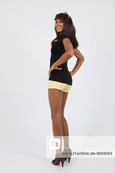 Junge Frau mit Hotpants und hochhackigen Schuhen  stehend