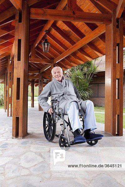 sitzend Mann Behinderung Rollstuhl
