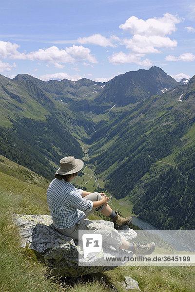 Wanderin blickt Richtung Süden  Preintalerhütte  Schladminger Tauern  Steiermark  Österreich  Europa