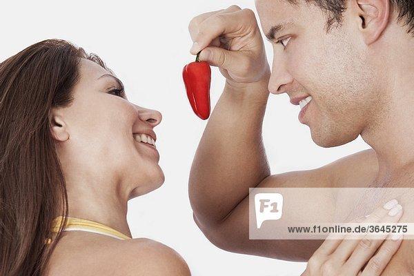 Man bietet eine red Chili-schote  Frau