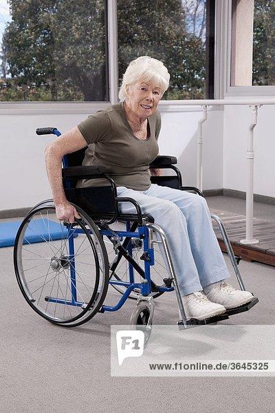 sitzend Frau Behinderung Rollstuhl