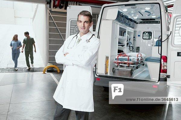 Doktor Stand vor einen Krankenwagen