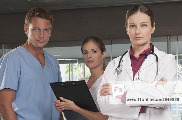 Portrait eines Arztes mit Krankenschwestern