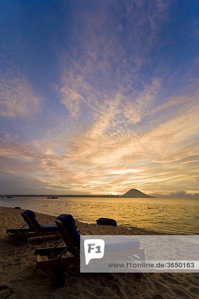 Liegestühle vor Sonnenuntergang  Siladen Insel  Sulawesi  Indonesien  Südostasien