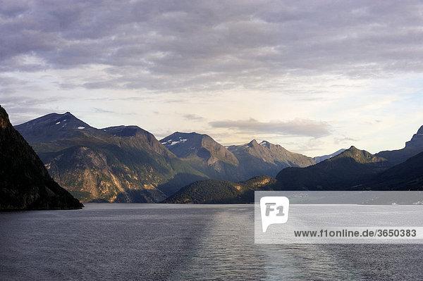 Fjordlandschaft im Nordalsfjord  Norwegen  Skandinavien  Nordeuropa