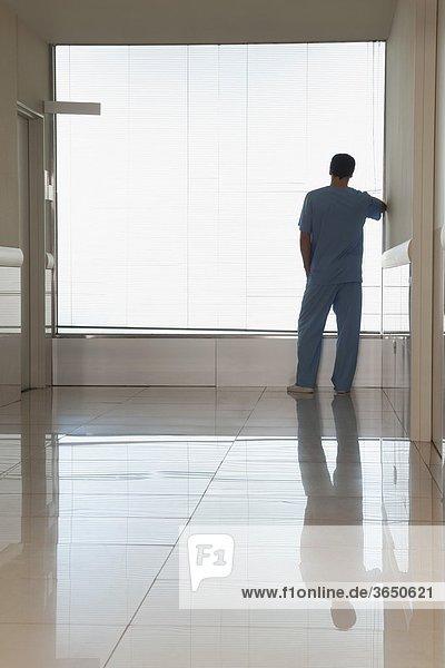 Chirurg Blick durch ein Fenster in einem Krankenhaus