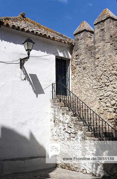 Treppe zum Seiteneingang einer Burg in Vejer  Andalusien  Spanien  Europa