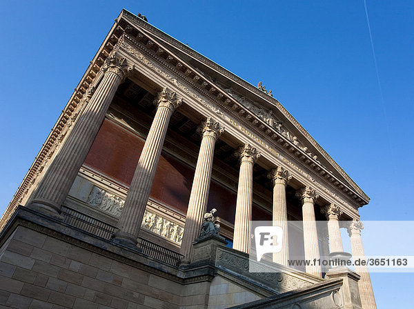 Blick auf die Alte Nationalgalerie in Berlin Mitte  Deutschland  Europa