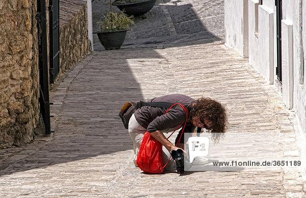 Fotografin in einer spanischen Kleinstadt bei der Arbeit  Spanien  Europa