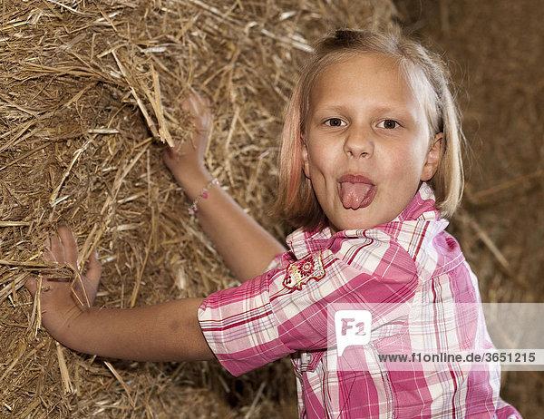 8-jähriges Mädchen posiert frech