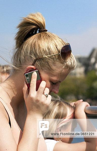 19-jährige Frau telefoniert mit Handy