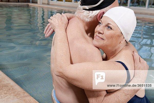 umarmen Schwimmbad