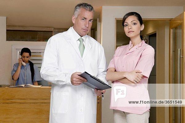 Porträt einer Ärztin mit einem männlichen Arzt