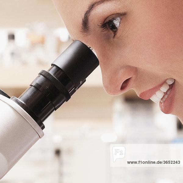 Arbeiten auf dem Mikroskop in einem Labor ärztin