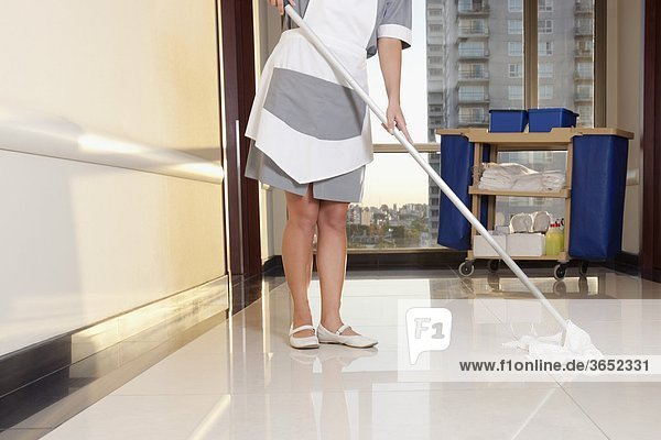 Reinigung des Korridors eines Krankenhauses