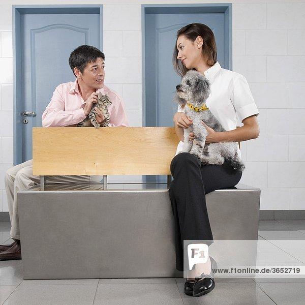 Mann und eine Frau trägt ihre Haustiere in einem Veterinär-Krankenhaus