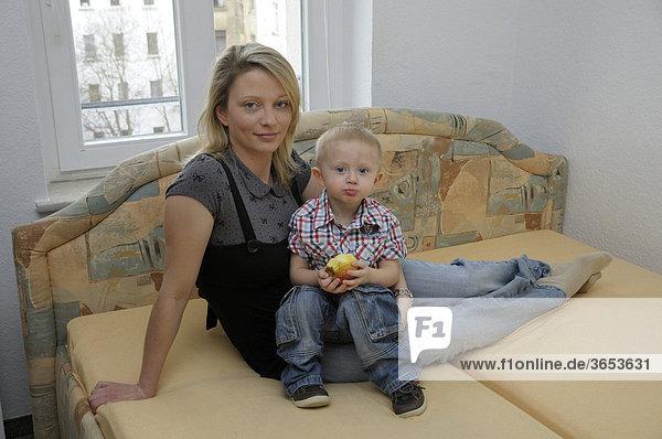 Mutter mit Kleinkind  Junge  2 Jahre