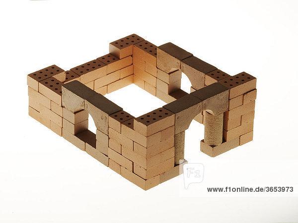 Rohbau eines Hauses aus Ziegelsteinen