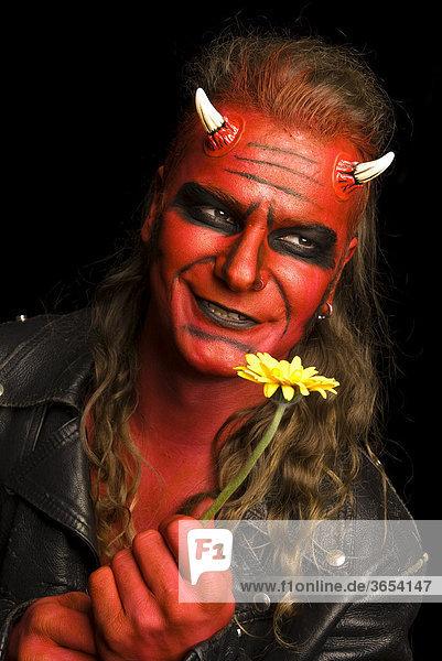 Roter Teufel mit gelbem Blümchen