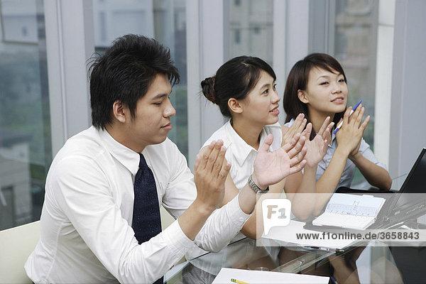 Drei Geschäftsleute in einer Besprechung