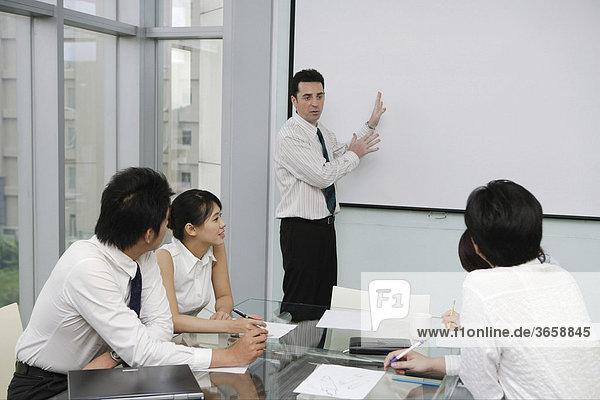 Eine Gruppe von Mitarbeitern in einer Besprechung