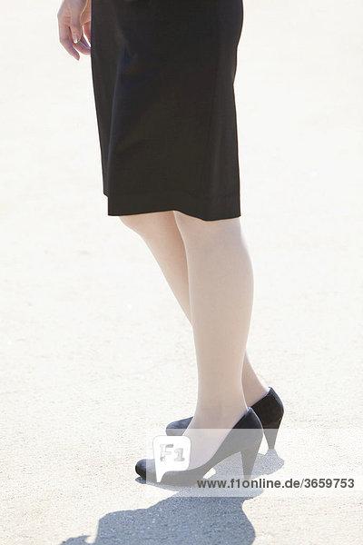 Geschäftsfrau trägt hochhackige Schuhe