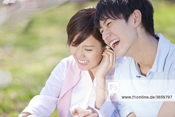 Junges Paar hört Musik