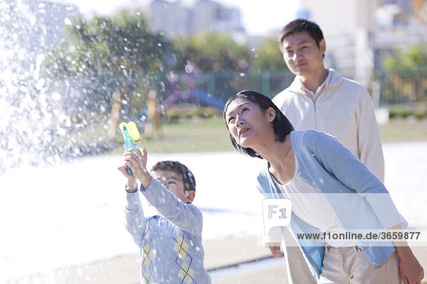 Glückliche Familie spielt im Park