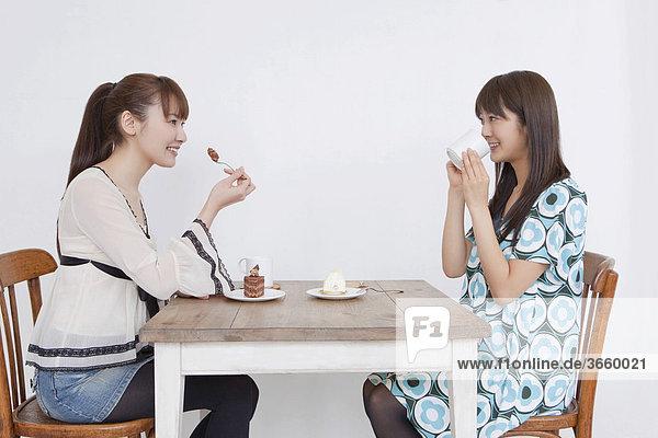 Junge Frauen essen Kuchen